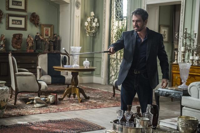 Edgar (Caco Ciocler) quebra tudo em casa em Segundo Sol (Foto: Globo/Raquel Cunha)