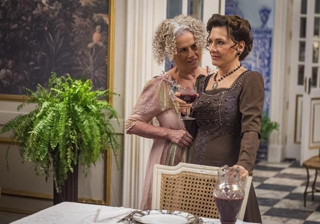 Ofélia (Vera Holtz) e Lady Margareth (Natalia do Vale) em cena deOrgulho e Paixão (Foto: Globo/Paulo Belote)