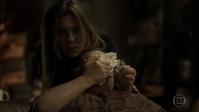 Laureta (Adriana Esteves) mata Januária (Zeca de Abreu) em cena de Segundo Sol (Foto: Reprodução/Globo)
