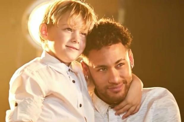 Jogador neymar  com o filho Davi Lucca (Foto: Reprodução/C&A)