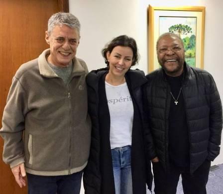 Chico Buaque com Martinho da Vila e Cleo Ferreira, mulher do sambista (Foto: reprodução/ facebook)