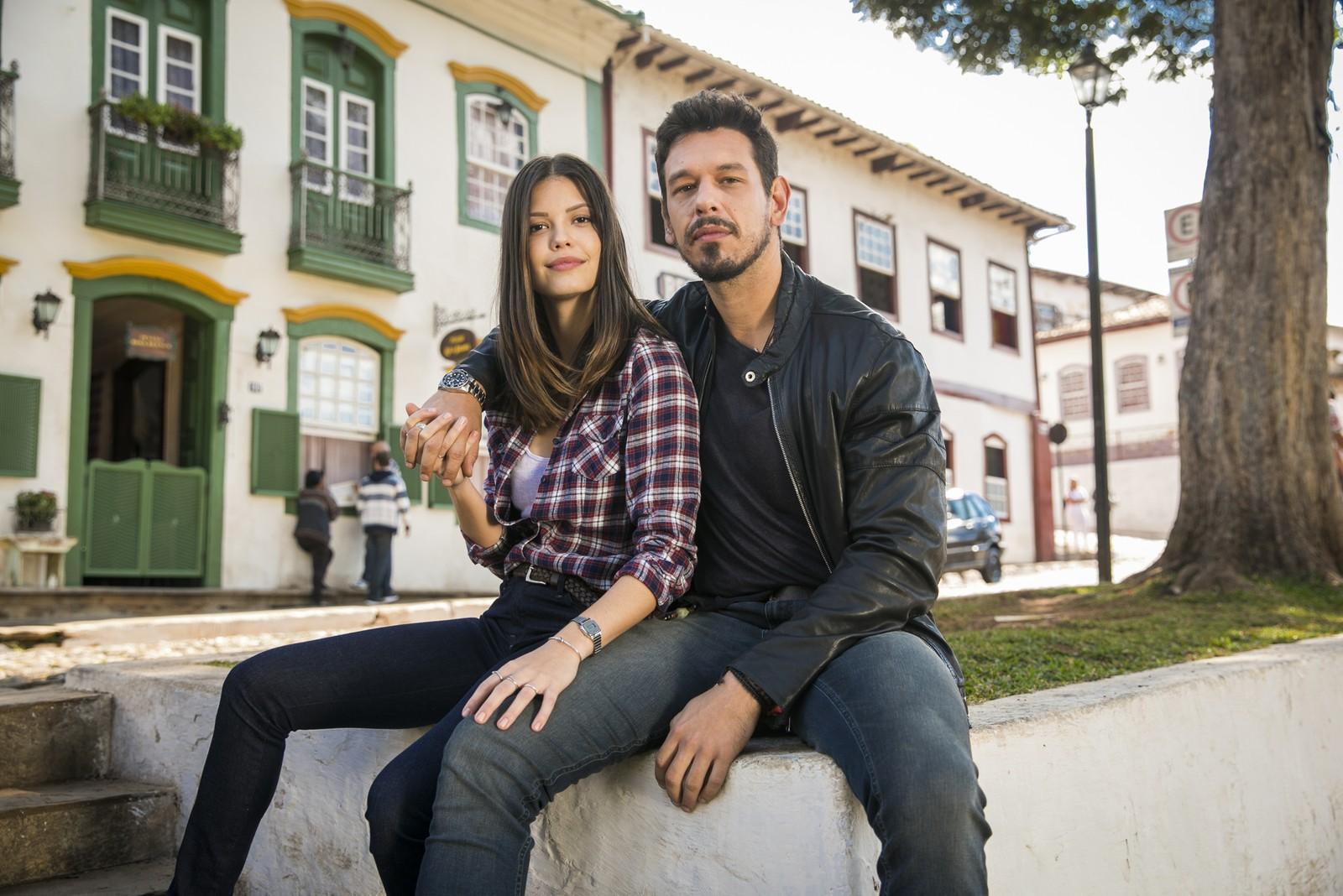 João Vicente de Castro e Vitória Strada caracterizados com seus personagens em Espelho da Vida (Foto: João Miguel Junior / Globo)