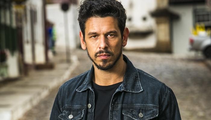 Alain (João Vicente de Castro) em Espelho da Vida (Foto: Globo/João Miguel Júnior)