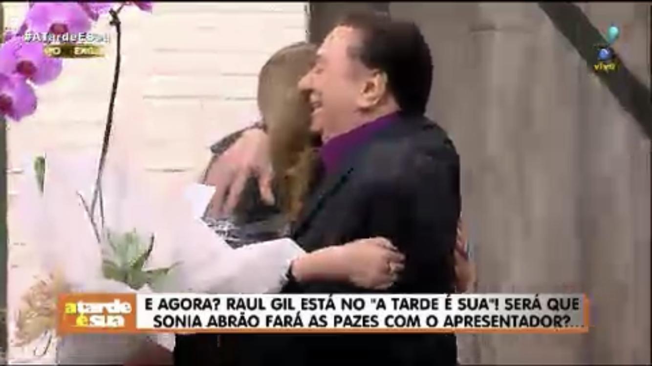 Raul Gil abraça Sonia Abrão ao vivo (Foto: Reprodução)