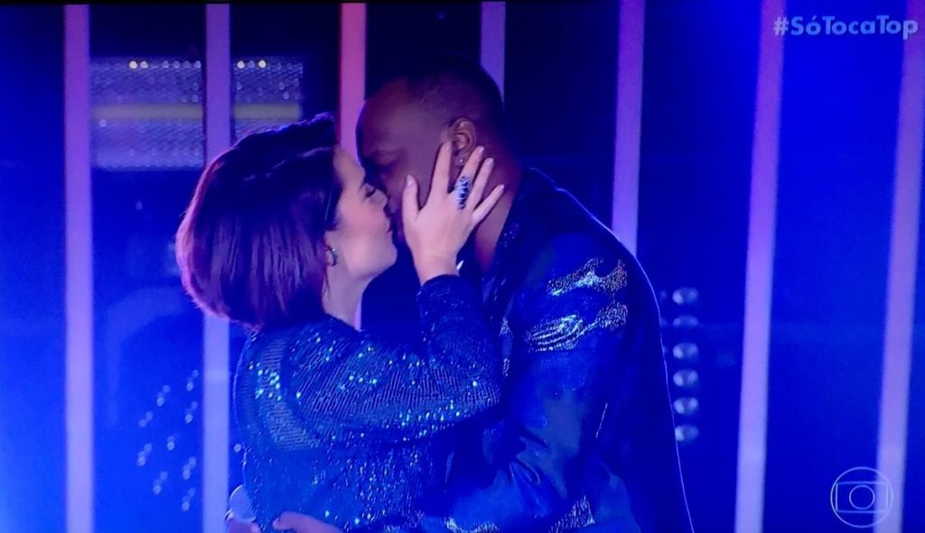 Fernanda Souza deu beijão em Thiaguinho no SóTocaTop (Foto: Reprodução)