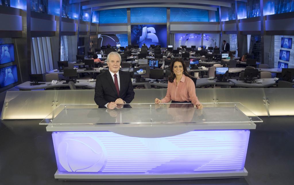 Celso Freitas e Adriana Araújo no novo cenário do Jornal da Record (Foto: Antonio Chahestian/Record)