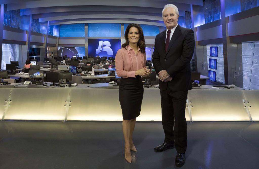 Adriana Araújo e Celso Freitas no novo cenário do Jornal da Record (Foto: Antonio Chahestian/Record)