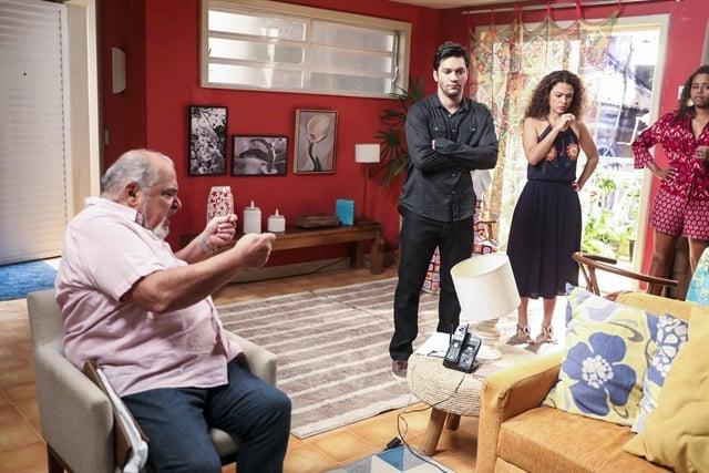 Agenor (Roberto Bomfim), Ionan (Armando Babaioff), Selma (Carol Fazu) e Doralice (Roberta Rodrigues) em Segundo Sol (Foto: Globo/João Miguel Júnior)
