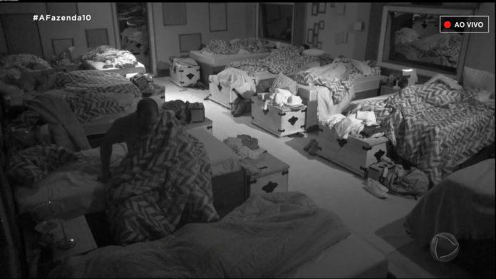 Aloísio Chulapa fez xixi perto da cama na Fazenda 10 (Foto: Reprodução/ Record TV)