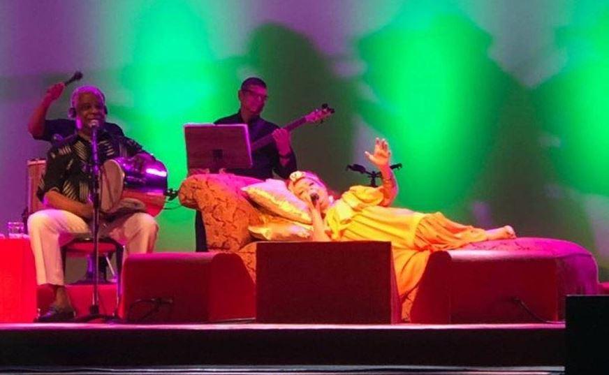 Beth Carvalho fez show deitada (Foto: Bernardo Araujo)