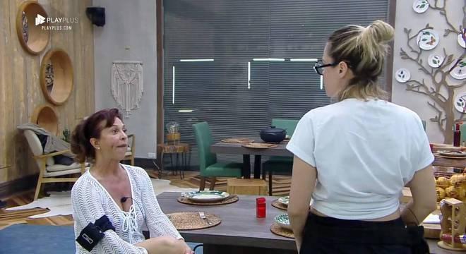 Vida Vlatt e Ana Paula Renault discutem por causa dos pratos na mesa (Reprodução RecordTV)