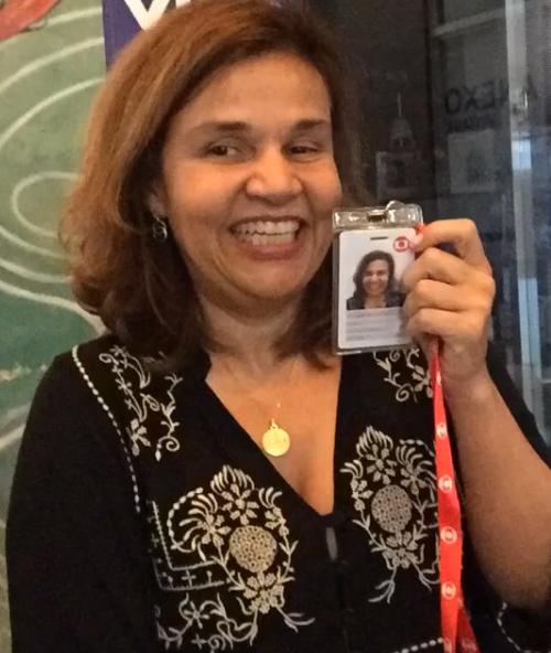 A atriz Cláudia Rodrigues com o crachá da Globo (Foto: Reprodução/Instagram)