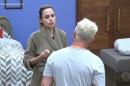 Ana Paula Renault conversa com Evandro Santo após briga em A Fazenda (Foto: Reprodução/Record)