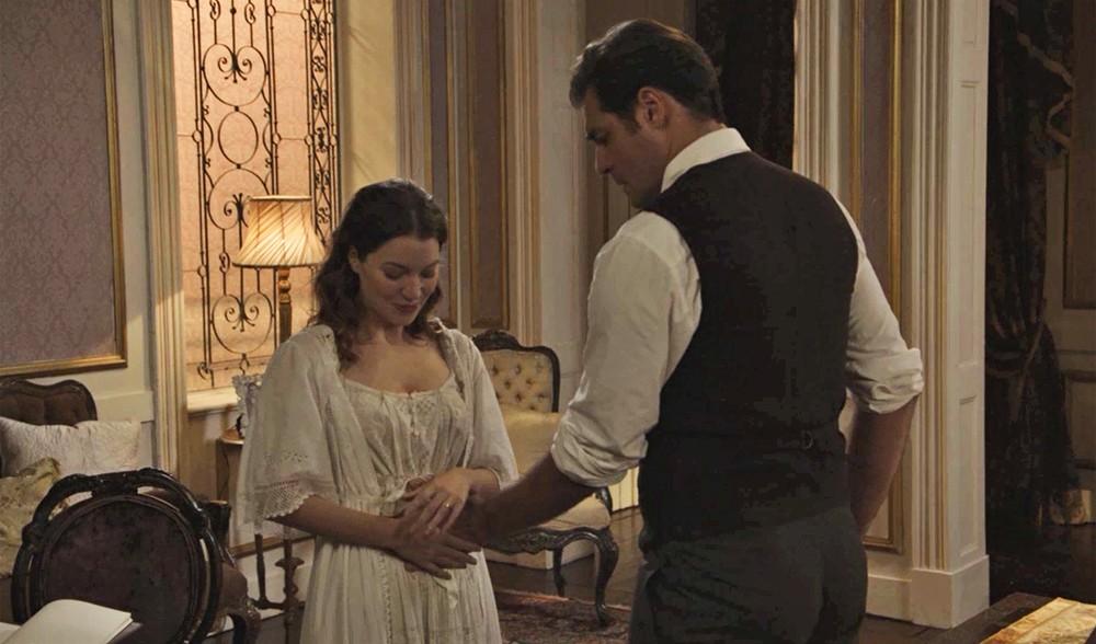 Elisabeta revela gravidez a Darcy (Foto: Divulgação/Globo)