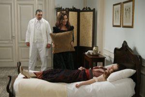 Lady Margareth (Nathalia do Vale) tenta matar Elisabeta (Nathalia Dill) em Orgulho e Paixão (Foto: Globo/Estevam Avellar)