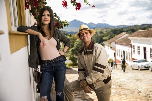 Cris (Vitória Strada) e Américo (Felipe Camargo) na fictícia Rosa Branca (Foto: Globo/João Miguel Júnior)