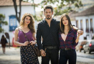 Isabel (Alinne Moraes), Alain (João Vicente de Castro) e Cris (Vitória Strada) em Espelho da Vida (Foto: Globo/João Miguel Júnior)