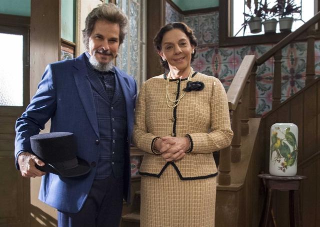 Dom Sabino (Edson Celulari) e Agustina (Rosi Campos) com roupas novas em O Tempo Não Para (Foto: Globo/Estevam Avellar)