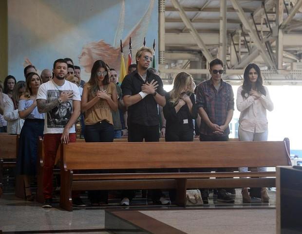 Tem Na Web - Kiko, Leandro e Bruno, do grupo KLB, marcam presença na missa de sétimo dia do pai