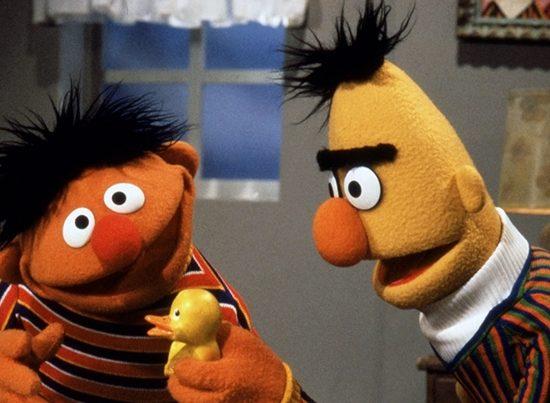 Fantoches Ernie e Bert em cena de Vila Sésamo. (Foto: Reprodução)