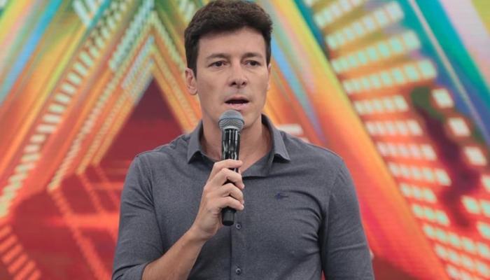 O apresentador Rodrigo Faro no comando do Hora do Faro (Foto: Antonio Chahestian/Record)