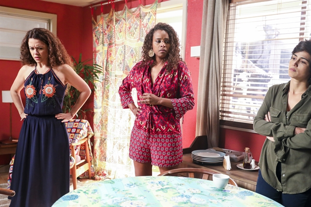 Selma (Carol Fazu) e Doralice (Roberta Rodrigues), e Maura (Nanda Costa) em Segundo Sol (Foto: Globo/João Miguel Júnior)