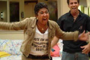 Cida comemorando o dinheiro que ganhou no BBB Da Globo (Foto: Reprodução)