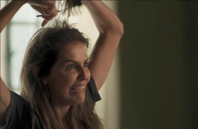 Deborah Secco em cena eletrizante de Karola cortando os cabelos em Segundo Sol