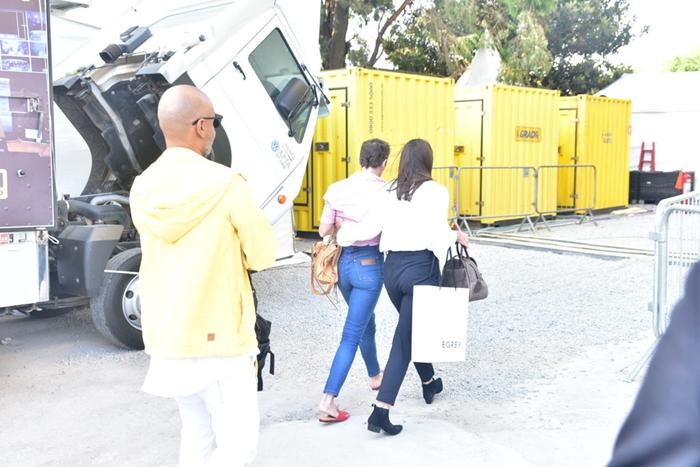 Deborah Secco na chegada ao SPFW (Foto: Leo Franco/Ag. News)