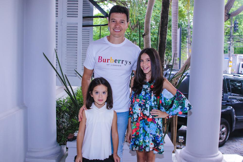 Rodrigo Faro com as filhas, Helena e Maria (Foto: Thiago Duran/AgNews)