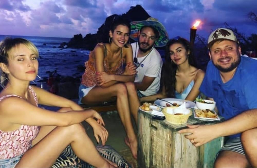 Bruna Marquezine na Praia do Meio com amigos — Foto: Divulgação