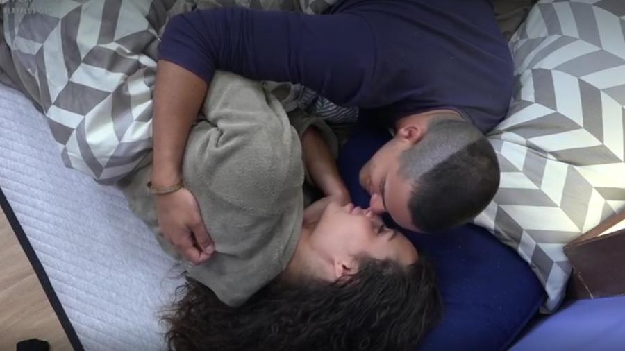 Caique Aguiar tenta roubar beijo de Fernanda Lacerda em A Fazenda (Foto: Reprodução/Play Plus)