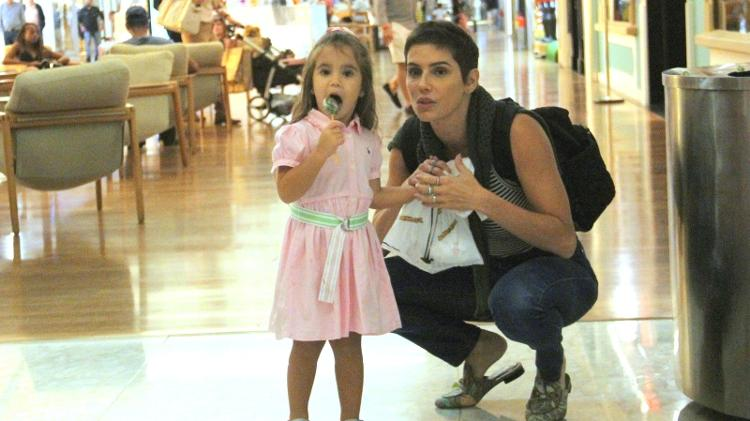 Deborah Secco passeia com a filha Maria Flor em shopping carioca (Foto: J. Humberto/Ag. News)