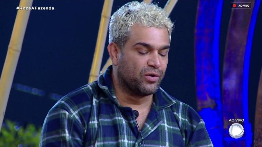 Evandro Santo fala com o apresentador Marcos Mion durante programa ao vivo da Fazenda (Reprodução/RecordTV)
