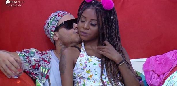 Leo Stronda e Luane Dias em clima de romance em A Fazenda (Foto: Reprodução)