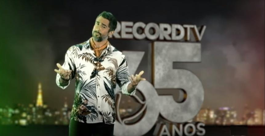 O apresentador Marcos Mion comanda o reality show A Fazenda na Record (Foto: Reprodução)
