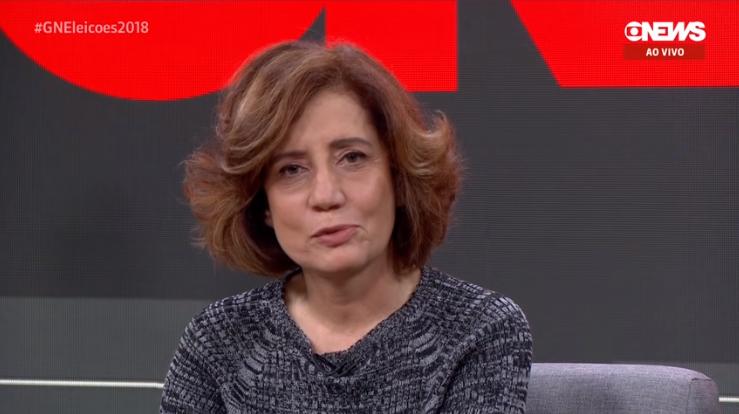 Miriam Leitão teve que falar mensagem ditada por ponto eletrônico após entrevista com Bolsonaro na Globo News (Foto: Reprodução/Globo News)
