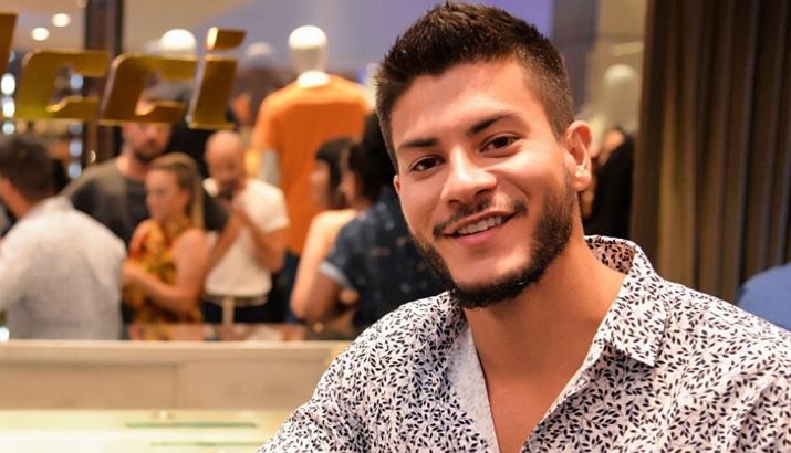 Arthur Aguiar assinou novo contrato com a Globo. (Foto: Divulgação)