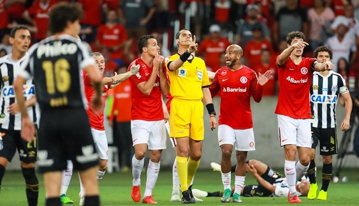 SporTV atrasou repetição de lance polêmico no jogo entre Internacional e Santos. (Foto: Divulgação)
