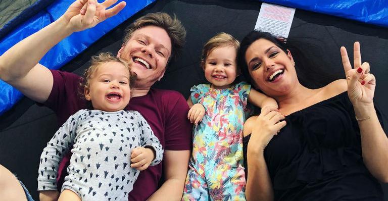 A atriz da Record, Thais Fersoza e e apresentador do The Voice Brasil da Globo, Michel Teló e os dois filhos (Foto: Reprodução/Instagram)