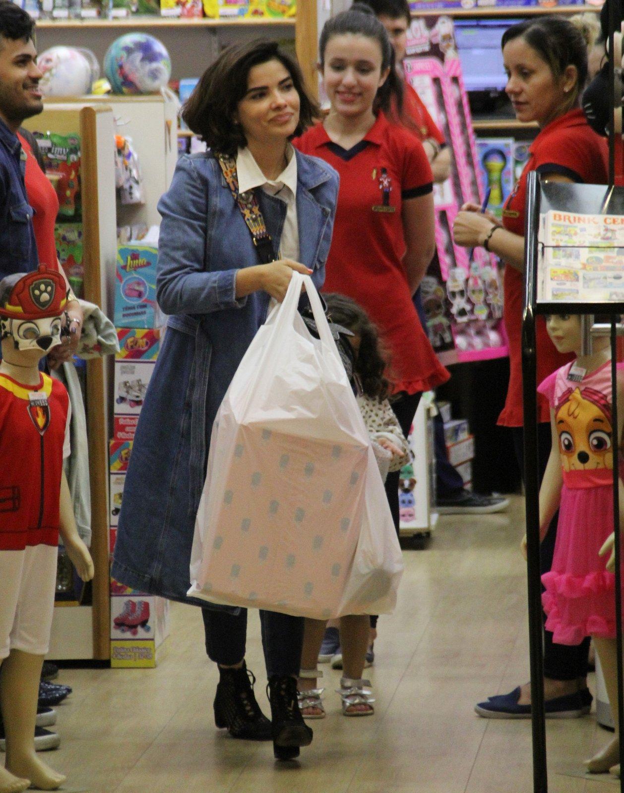 Vanessa Giacomo passeia com a filha no shopping (Foto: AgNews / J. Humberto)