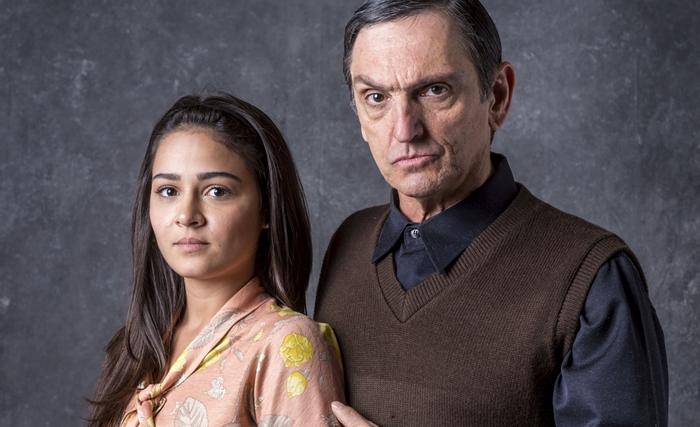 Elisa (Giullia Buscacio) e Jurandir (Paulo Miklos) em O Sétimo Guardião (Foto: Globo/João Cotta)