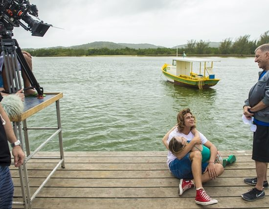 Rafael Vitti e Isabelle Drummond ensaiam cena com Jorge Fernandonas gravações de Verão 90 em Cabo Frio (Foto: Globo/João Cotta)