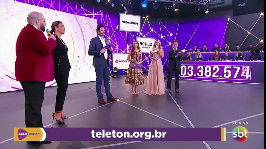 Danilo Gentili e outros artistas no palco do Teleton (Foto: Reprodução/SBT)