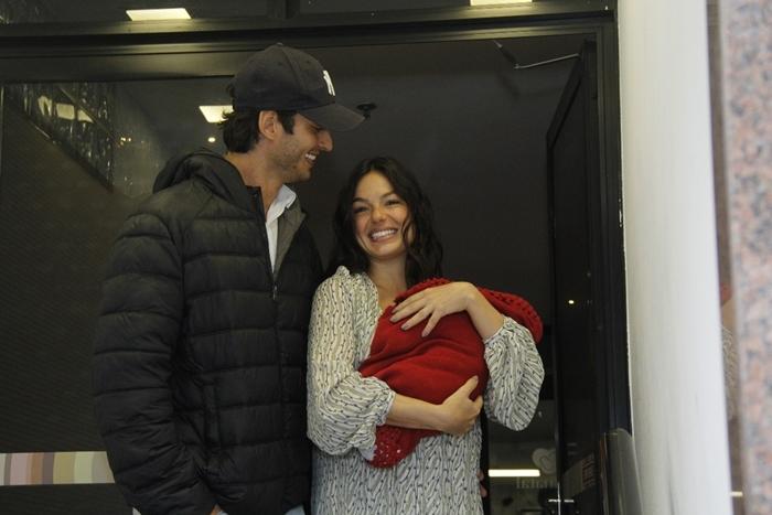 André Resende e Ísis Valverde deixam a maternidade com o filho, Rael (Foto: Wallace Barbosa/Ag News)