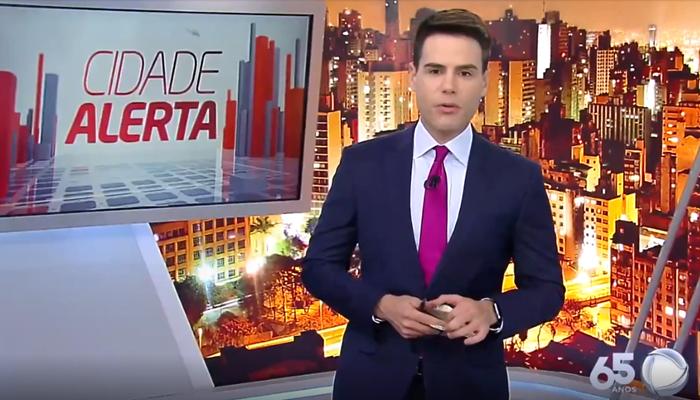 O apresentador Luiz Bacci no comando do Cidade Alerta (Foto: Reprodução/Record)