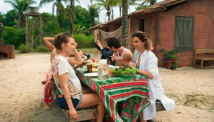 Rosa (Letícia Colin) reunida com a família de Luzia (Giovanna Antonelli) (Foto: Divulgação/Globo)