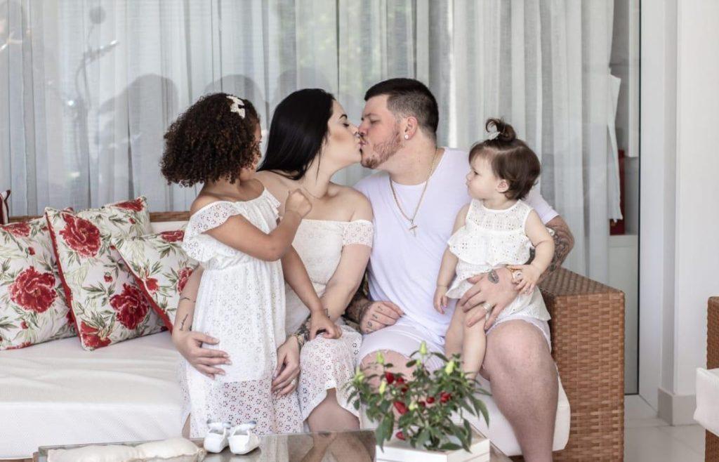 O cantor Ferrugem com a esposa e as filhas. Cantor de pagode desabafou em programa da Eliana, no SBT (Foto:Reprodução)