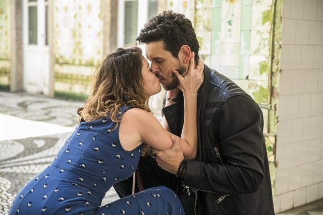 Isabel (Alinne Moraes) beija Alain (João Vicente de Castro) em Espelho da Vida (Foto: Globo/João Miguel Júnior)