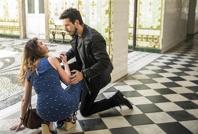 Isabel (Alinne Moraes) é derrubada por Alain (João Vicente de Castro) em Espelho da Vida (Foto: Globo/João Miguel Júnior)